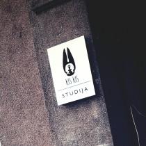 KIS KIS iškaba prie įėjimo @ Kaunas
