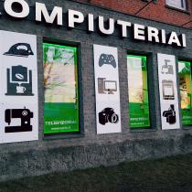 VARLE.LT parduotuvės sienos papuoštos logotipais iš organinio stiklo.