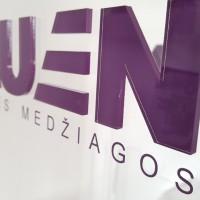 Lazeriu išpjautas logotipas iš organinio stiklo