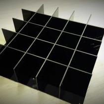 Plastiko gaminiai - prekių eksponavimo lentyna pagaminita iš 5 mm storio, juodos spalvos Plexiglas® stiklo