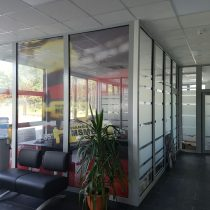 Vitrinų apipavidalinimas - HANSA FLEX stiklų klijavimas perforuota plėvele