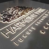 HARMONY PARK logotipas su inkrustuotomis raidėmis.