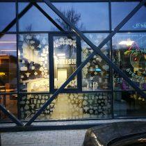 Vitrinų apipavidalinimas - DELISH langų klijavimas šerkšno plėvele