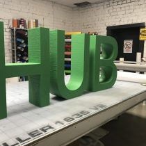 HUB logotipas pagamintas iš putplasčio