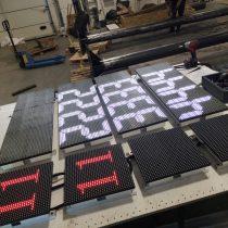 Spalvtoos LED kainų švieslentės. Gamyba ir montavimas